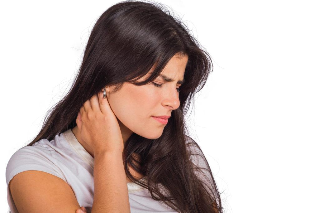dolori cervicali: donna che si tocca il collo
